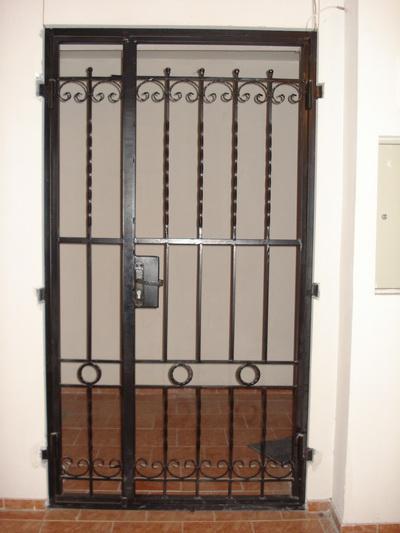 Дверь решетчатая