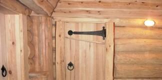 Деревянная дверь в русской бане