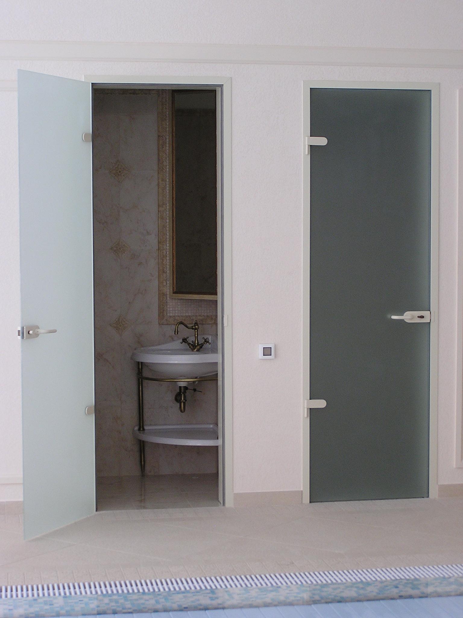 Двери из стекла в ванную и туалет