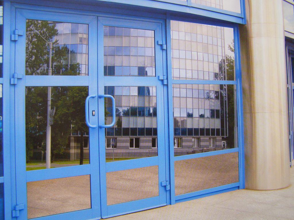 Дверь из металлопластика синего цвета