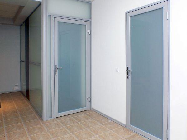Межкомнатная металлопластиковая дверь