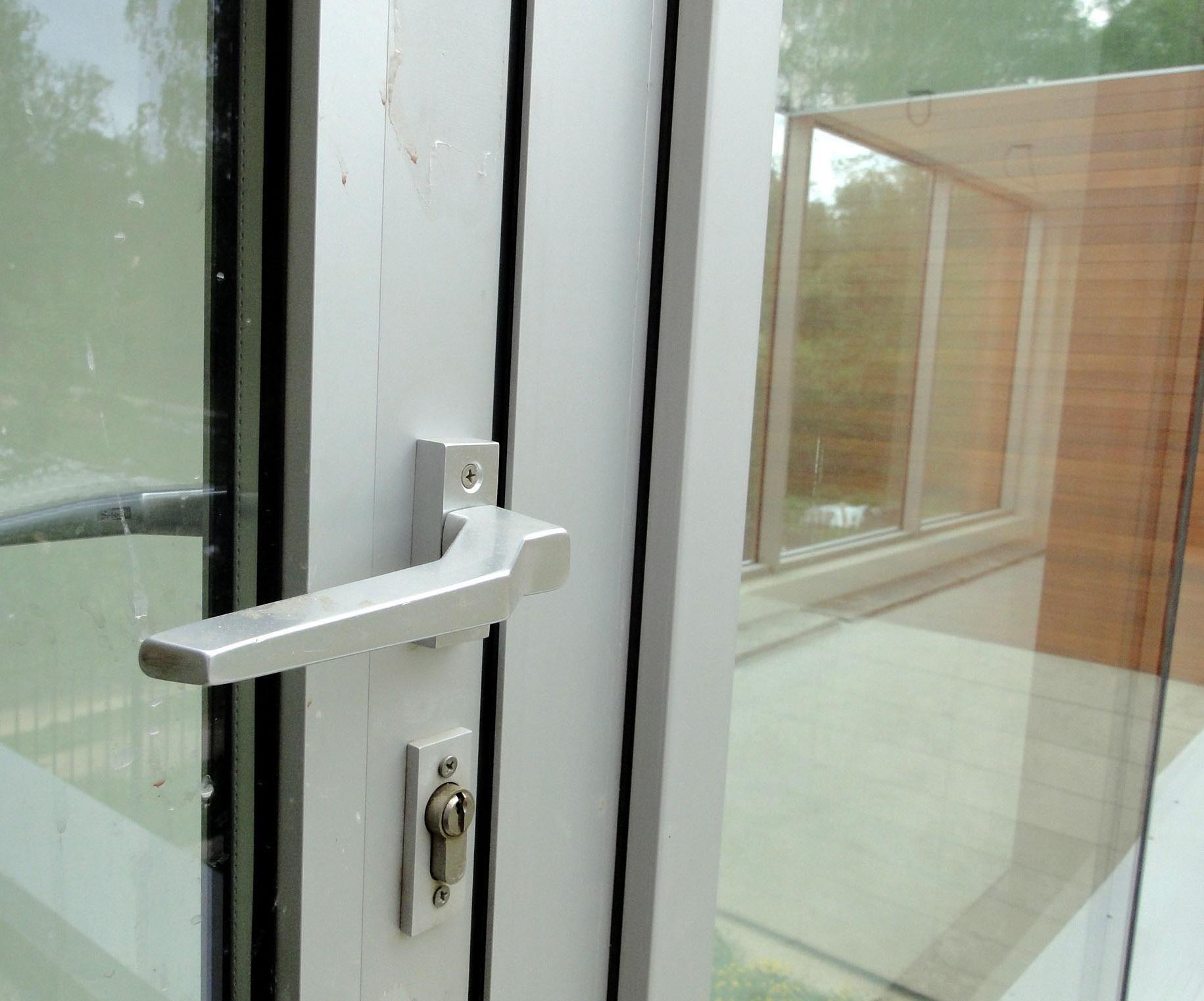 Внешний вид метталопластиковой двери сблизи