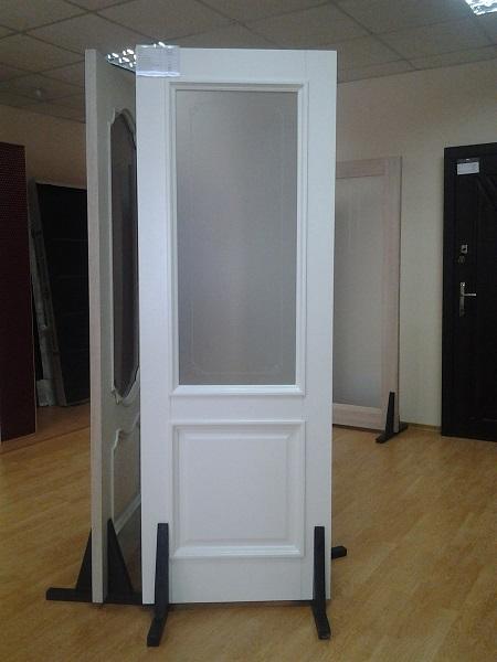 Белоснежная дверь в салоне