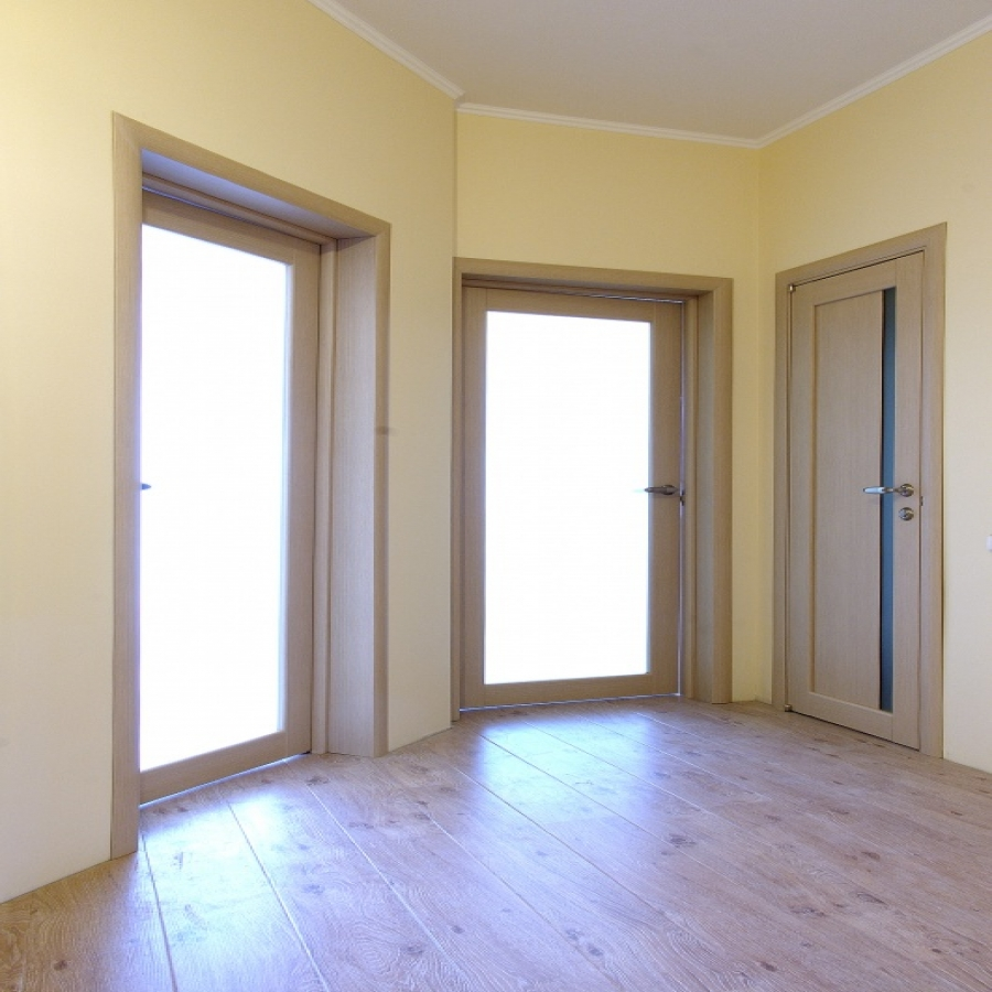 Двери из белого дуба в интерьере квартиры