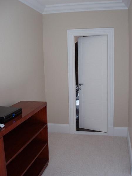 Белоснежная дверь в бежевой комнате