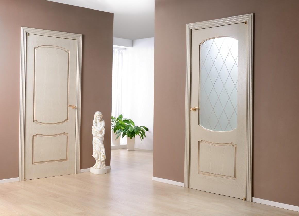 Двери белого цвета в прихожей