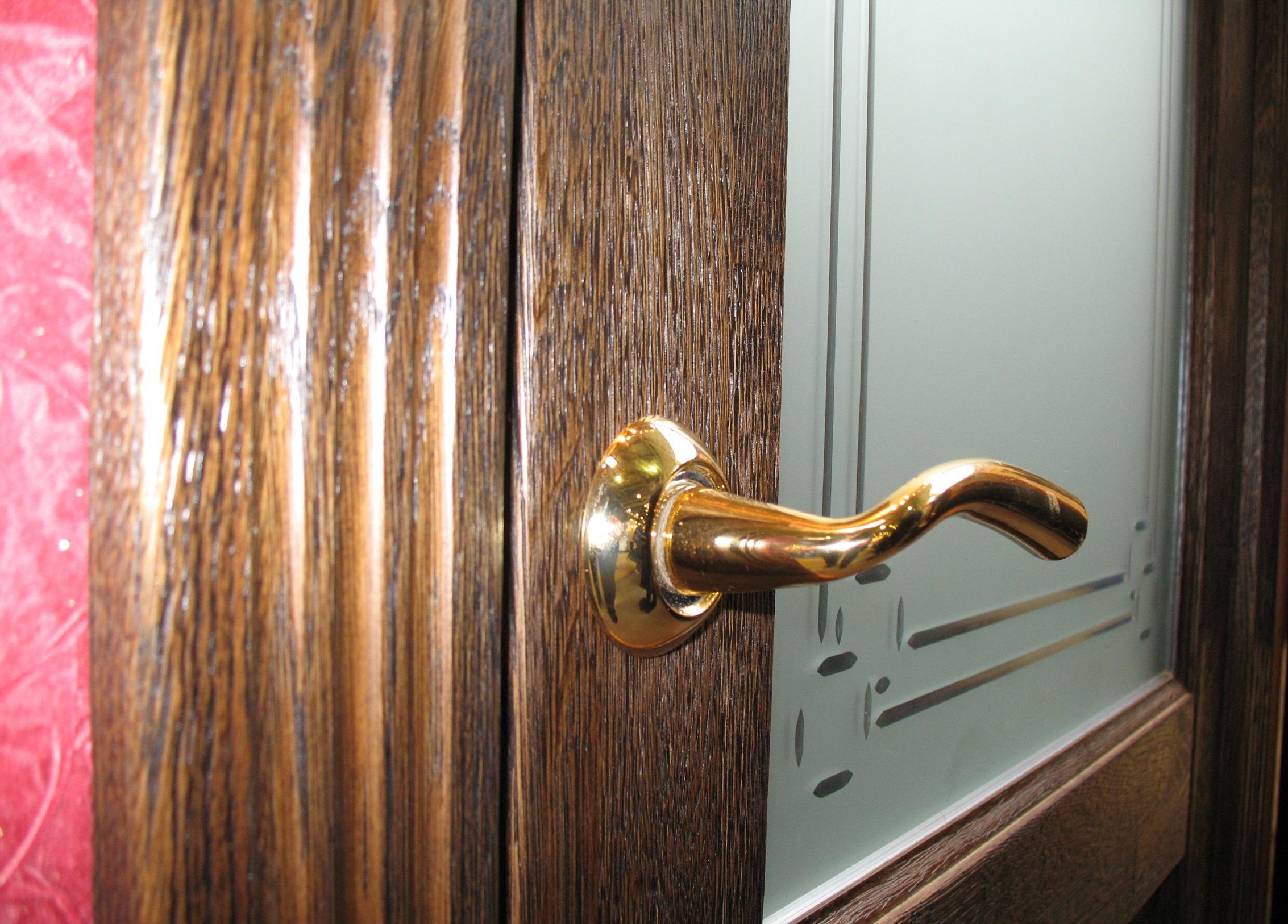 Дверь из массива со стеклянной вставкой