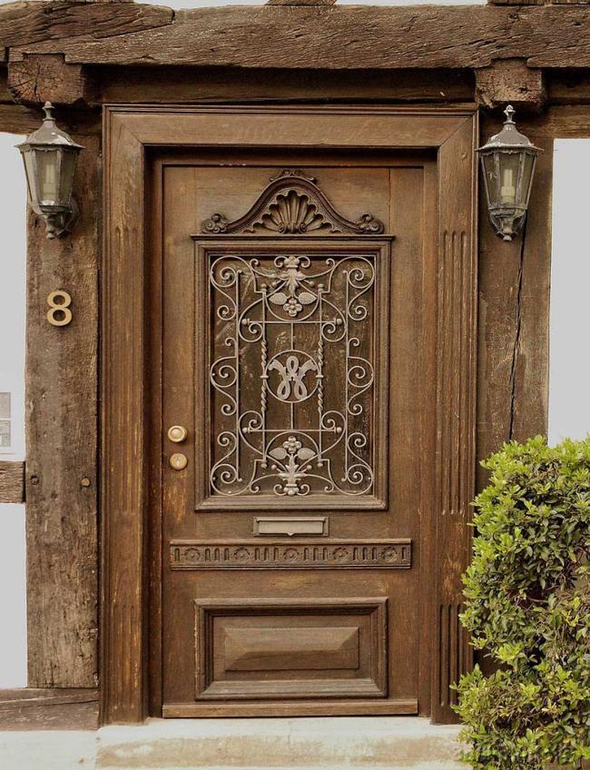 Дверь из массива с декором