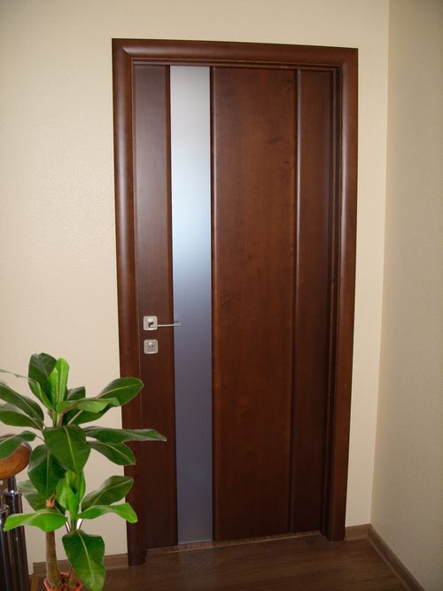 Дверь из ольхи со стеклянной вставкой