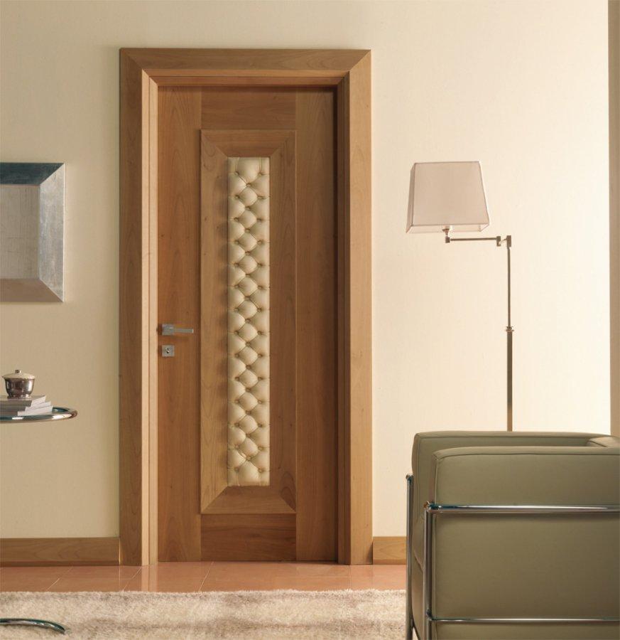 Дверь с вставкой из кожи