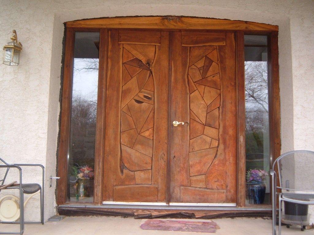 Декоративная отделка деревянной входной двери