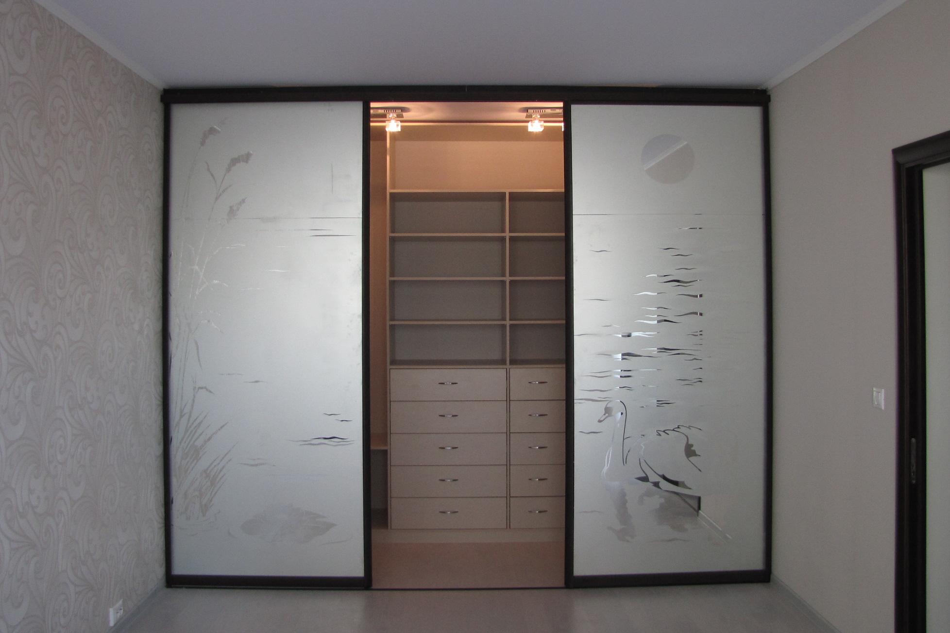 Двери купе в гардеробную: сборка и монтаж своими руками, фот.