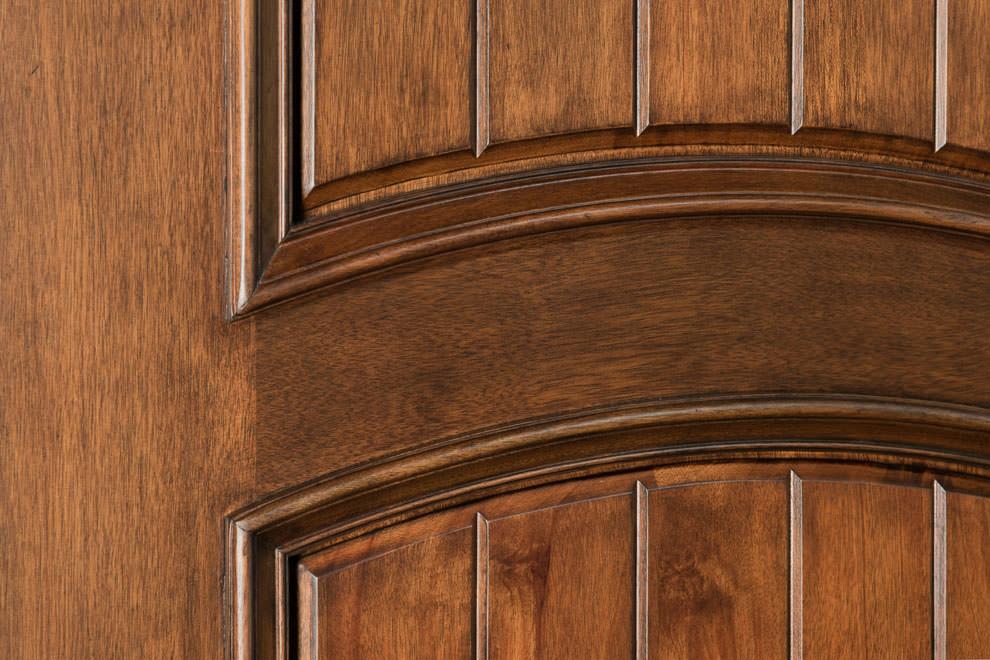 Фактура дерева на двери из массива