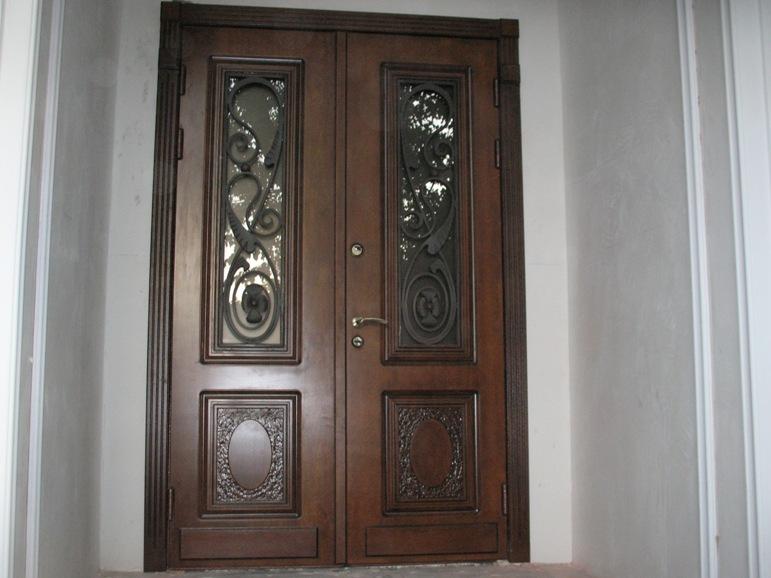 Двустворчатая входная дверь