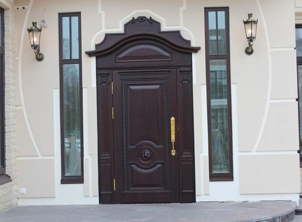 Входная дверь в коттедже