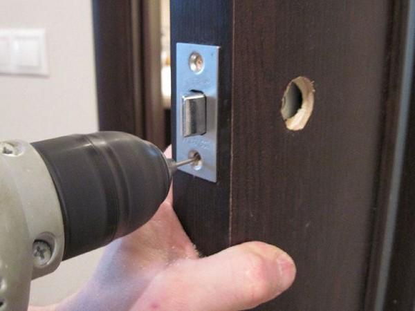 Монтаж ручки двери