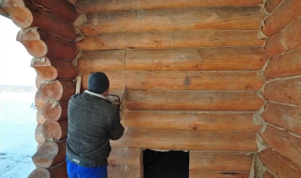 установка входной двери в брусовый дом