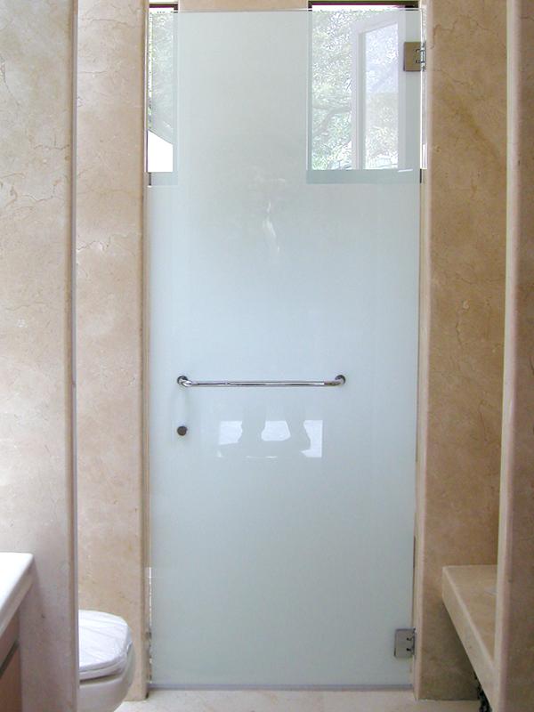 Матовая дверь из стекла в туалете