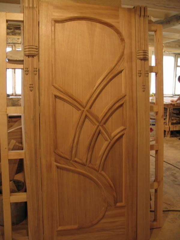 Дверь из сосны с декором