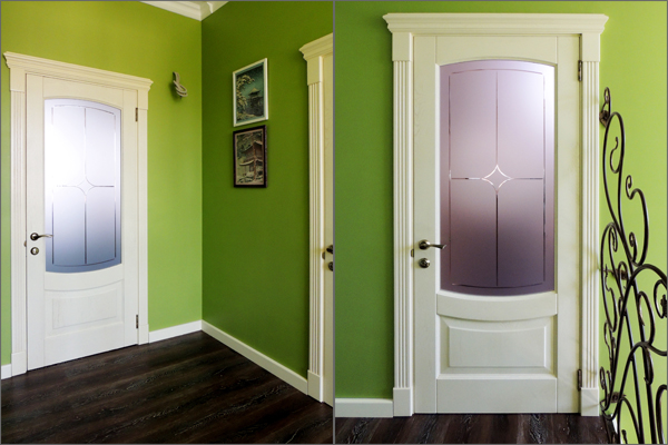 Белая дверь с матовым стеклом