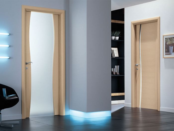 Дверь со стеклянной вставкой в интерьере