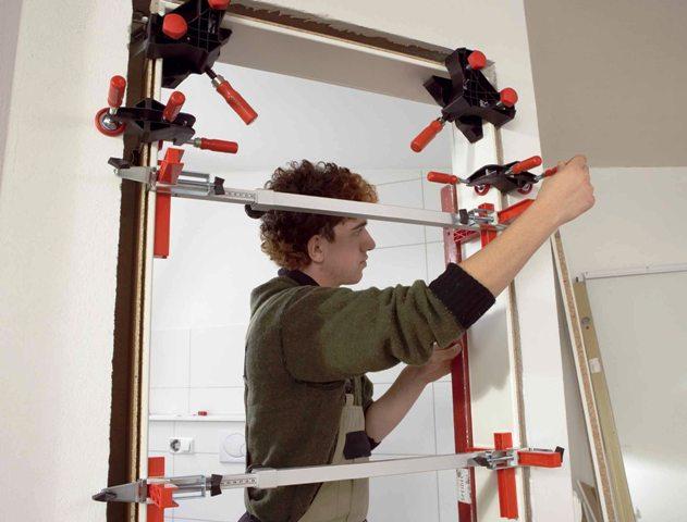 Установка коробки двери с помощью специальных креплений