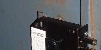 Накладной замок на полотне двери из металла