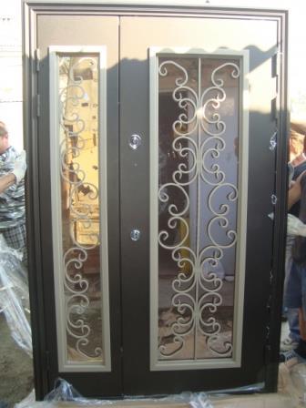 Металлическая дверь с остеклением