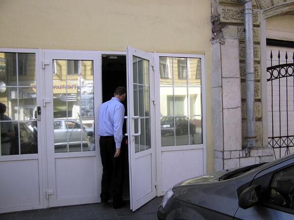 Пластиковая дверь на входе в офис