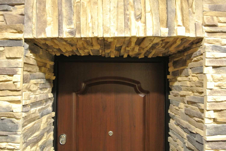 Декор дверного проема искусственным камнем