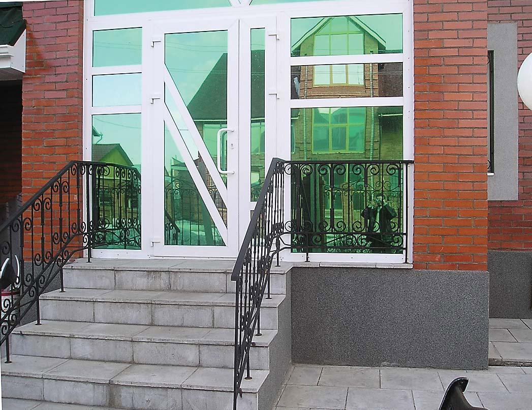 Пластиковая дверь на входе