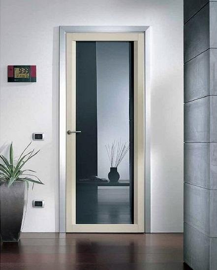 Дверь из пластика с большой площадью остекления