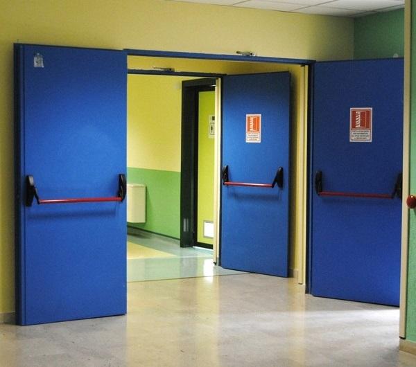 Противопожарные двери синего цвета