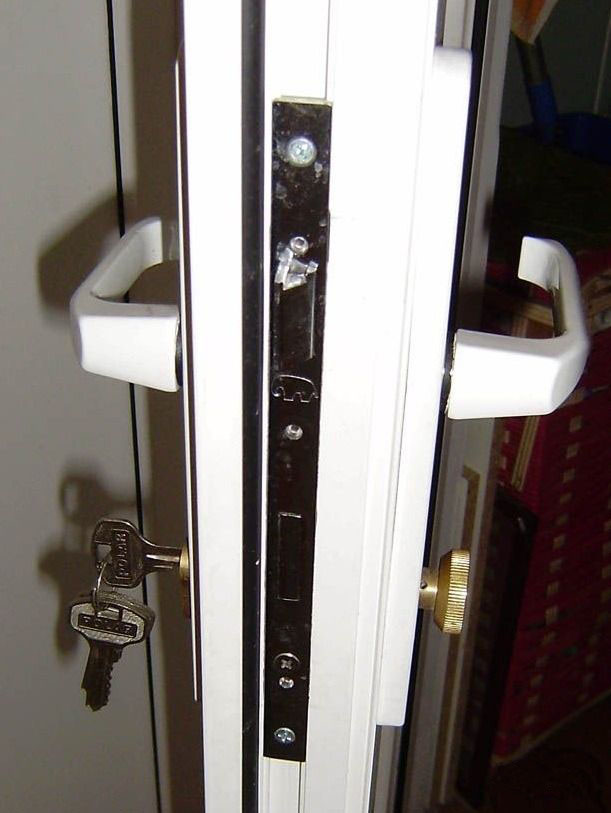 Устройство замка пластиковой двери