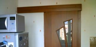 Раздвижная дверь в кухонном помещении