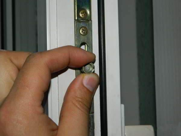 Петли на пластиковые двери