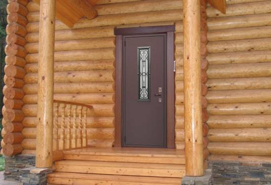 Входная дверь в брусовом доме