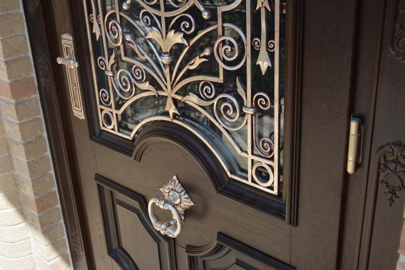 резная входная дверь с ковкой