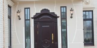 Входная дверь в частном доме