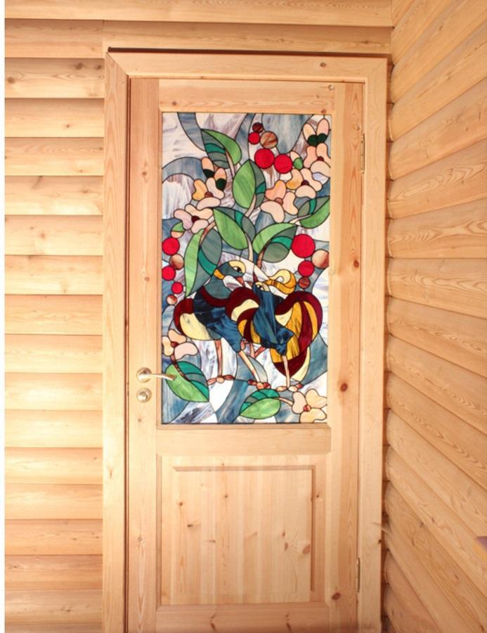 Деревянная дверь с витражной вставкой