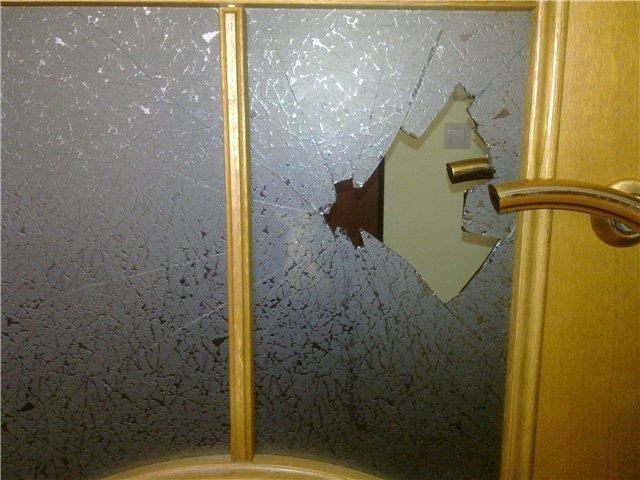Заменить стекло в межкомнатной двери своими руками