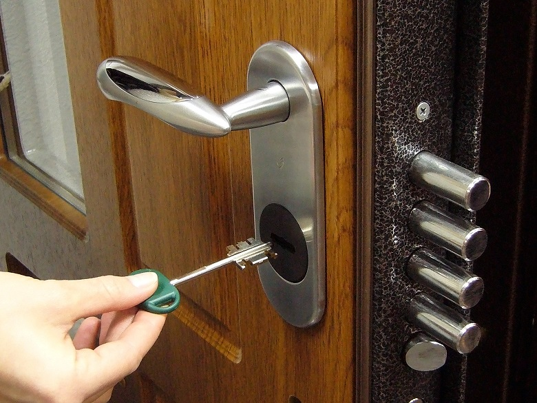 Заедает дверной замок что делать