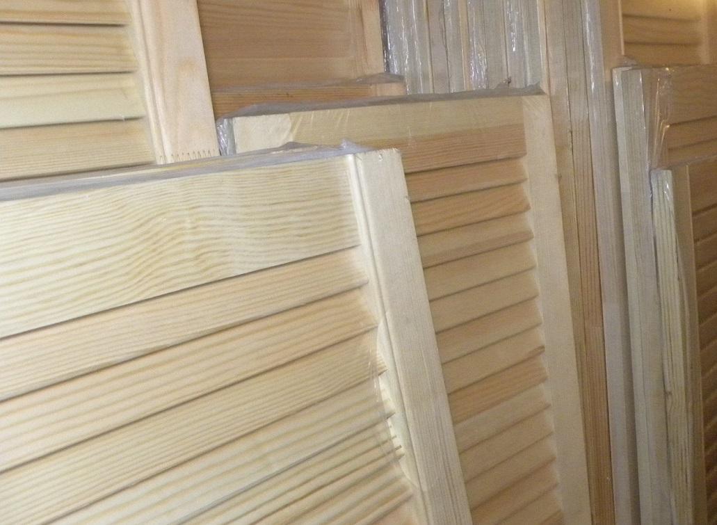 Деревянные жалюзийные двери и межкомнатные, белые, гардеробные перегородки, фото в интерьере