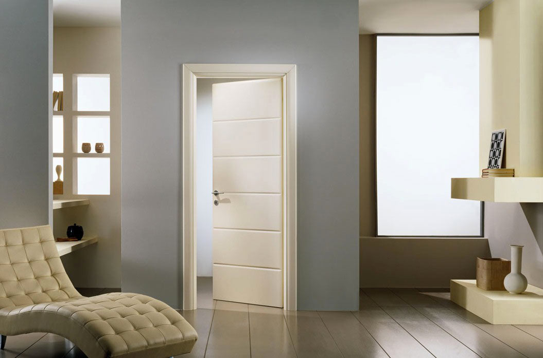 Светлая дверь в интерьере фото