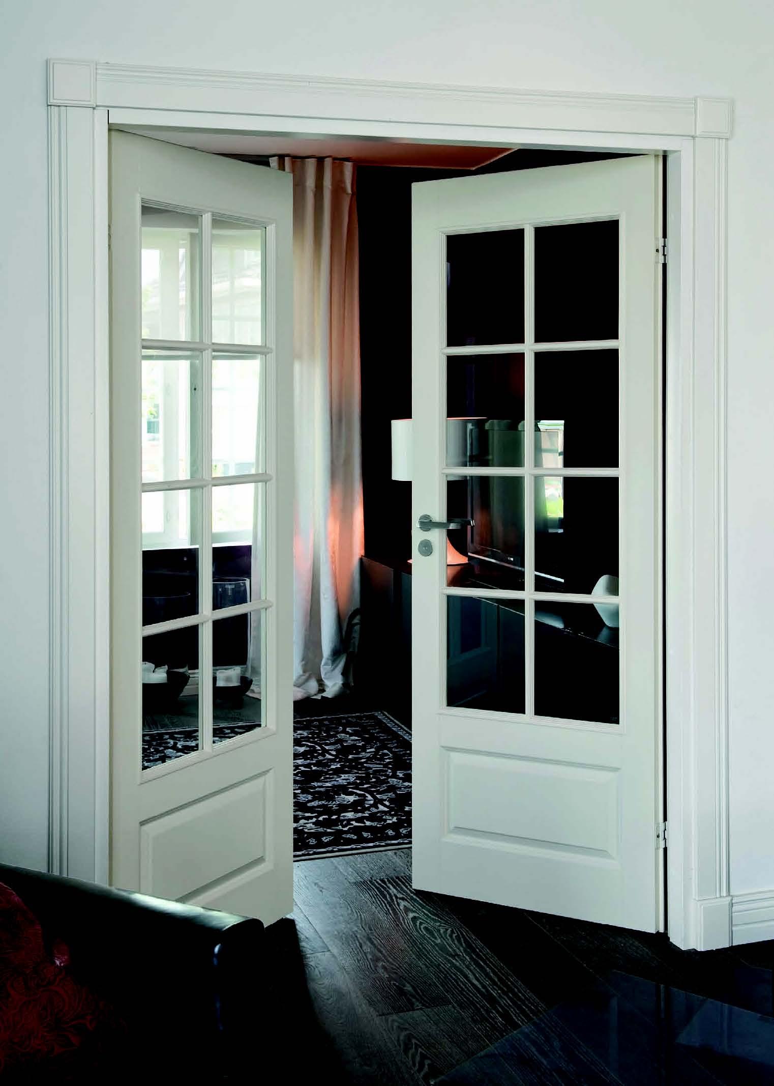 Белая распашная дверь