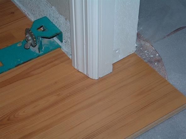 Стык дверной коробки и ламинированного напольного покрытия