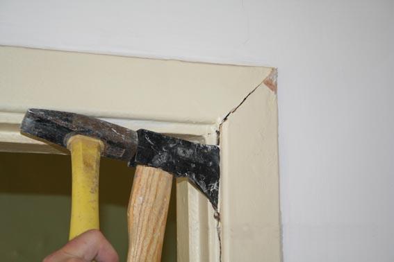 Демонтаж наличника межкомнатной двери