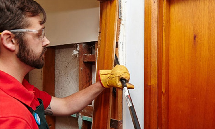 Процесс демонтажа старой двери