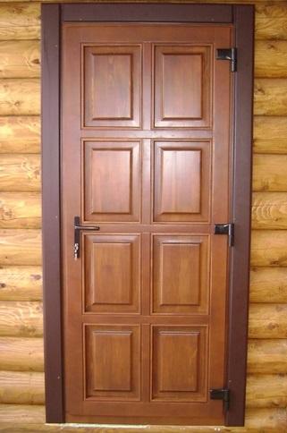 Дверь из дерева в доме из сруба