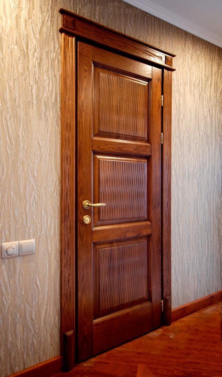 Дверь из ясеня в прихожей